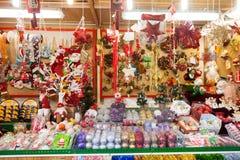 Διακοσμήσεις λουλουδιών και παραδοσιακά δώρα για την πώληση Στοκ Φωτογραφίες