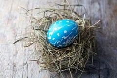 Διακοσμήσεις Πάσχας Αυγά στις φωλιές στο ξύλο στοκ φωτογραφία με δικαίωμα ελεύθερης χρήσης