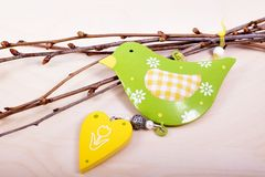 Διακοσμήσεις Πάσχας με το πουλί στον ξύλινο πίνακα στοκ φωτογραφίες