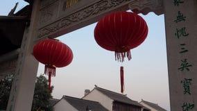 Διακοσμήσεις παραδοσιακού κινέζικου που κυματίζουν στον αέρα φιλμ μικρού μήκους