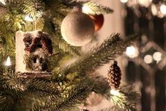 Διακοσμήσεις σε ένα χριστουγεννιάτικο δέντρο στοκ εικόνες με δικαίωμα ελεύθερης χρήσης