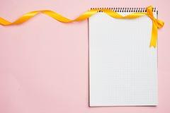 Διακοσμήσεις σημειωματάριων και άνοιξη που απομονώνονται στο ροζ στοκ εικόνες