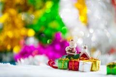 Διακοσμήσεις στηριγμάτων Χριστουγέννων στο υπόβαθρο W τομέων χιονιού Χριστουγέννων Στοκ φωτογραφία με δικαίωμα ελεύθερης χρήσης