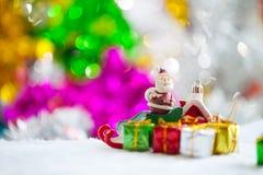 Διακοσμήσεις στηριγμάτων Χριστουγέννων στο υπόβαθρο W τομέων χιονιού Χριστουγέννων Στοκ φωτογραφίες με δικαίωμα ελεύθερης χρήσης