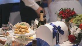 Διακοσμήσεις του γαμήλιου πίνακα newlyweds απόθεμα βίντεο