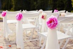 Διακοσμήσεις των γαμήλιων καρεκλών, μοντέρνος γάμος Στοκ Εικόνες