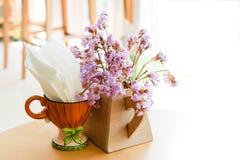 Διακοσμήσεις των μικροσκοπικών πορφυρών λουλουδιών gypso στο βάζο και της πετσέτας στο φλυτζάνι στοκ εικόνα με δικαίωμα ελεύθερης χρήσης