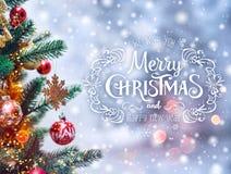 Διακοσμήσεις υποβάθρου και Χριστουγέννων χριστουγεννιάτικων δέντρων με θολωμένος Στοκ εικόνα με δικαίωμα ελεύθερης χρήσης