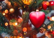 Διακοσμήσεις υποβάθρου και Χριστουγέννων χριστουγεννιάτικων δέντρων με το χιόνι, που θολώνεται, ανάφλεξη, πυράκτωση στοκ εικόνες