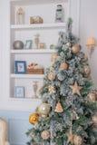 Διακοσμήσεις υποβάθρου και Χριστουγέννων χριστουγεννιάτικων δέντρων στο σύγχρονο εσωτερικό Άσπρες και χρυσές σφαίρες στην πράσινη στοκ εικόνα με δικαίωμα ελεύθερης χρήσης