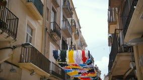 Διακοσμήσεις φεστιβάλ Gracia στην Ισπανία Η οδός είναι διακοσμημένη με τους κατοίκους χεριών της οδού φιλμ μικρού μήκους
