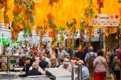 Διακοσμήσεις φεστιβάλ Gracia στη Βαρκελώνη λαστιχένια ομπρέλα θέματος αδιάβροχων μποτών φθινοπώρου Στοκ Εικόνα
