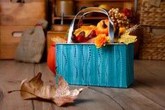 Διακοσμήσεις φθινοπώρου στην εκλεκτής ποιότητας κουζίνα στο τυρκουάζ και orane Στοκ φωτογραφία με δικαίωμα ελεύθερης χρήσης