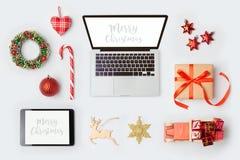 Διακοσμήσεις, φορητός προσωπικός υπολογιστής και αντικείμενα Χριστουγέννων για τη χλεύη επάνω στο σχέδιο προτύπων επάνω από την ό Στοκ φωτογραφία με δικαίωμα ελεύθερης χρήσης