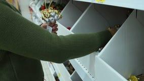 Διακοσμήσεις Χριστουγέννων αγοράς γυναικών στο κατάστημα φιλμ μικρού μήκους