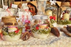 Διακοσμήσεις Χριστουγέννων, εορταστικά επιτραπέζια κεντρικά τεμάχια για την πώληση Στοκ Εικόνες