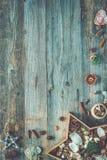 Διακοσμήσεις Χριστουγέννων διαμορφωμένο στο αστέρι κιβώτιο σε ξύλινο Στοκ Φωτογραφίες