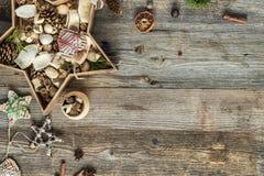 Διακοσμήσεις Χριστουγέννων διαμορφωμένο στο αστέρι κιβώτιο σε ξύλινο Στοκ Εικόνα