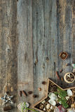 Διακοσμήσεις Χριστουγέννων διαμορφωμένο στο αστέρι κιβώτιο στο ξύλινο υπόβαθρο Στοκ Εικόνα