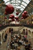 Διακοσμήσεις Χριστουγέννων κήπων του Λονδίνου Covent Στοκ Εικόνες