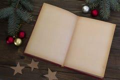 Διακοσμήσεις Χριστουγέννων και ένα ανοικτό βιβλίο Στοκ Εικόνες