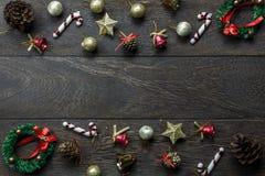 Διακοσμήσεις Χριστουγέννων και διακοσμήσεις Χριστουγέννων σε ξύλινο Στοκ φωτογραφία με δικαίωμα ελεύθερης χρήσης