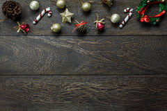 Διακοσμήσεις Χριστουγέννων και διακοσμήσεις Χριστουγέννων στο ξύλινο υπόβαθρο με το διάστημα αντιγράφων Στοκ Εικόνες