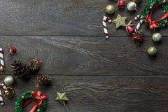 Διακοσμήσεις Χριστουγέννων και διακοσμήσεις Χριστουγέννων στο ξύλινο υπόβαθρο με το διάστημα αντιγράφων Στοκ φωτογραφία με δικαίωμα ελεύθερης χρήσης