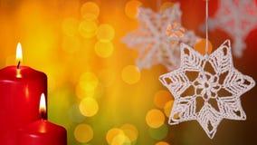 Διακοσμήσεις Χριστουγέννων και καίγοντας κεριά στο μουτζουρωμένο υπόβαθρο φω'των απόθεμα βίντεο