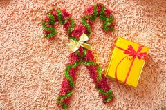 Διακοσμήσεις Χριστουγέννων και κιβώτιο δώρων στο υπόβαθρο ταπήτων Εύθυμο Chr Στοκ εικόνες με δικαίωμα ελεύθερης χρήσης