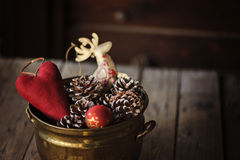 Διακοσμήσεις Χριστουγέννων και κώνοι πεύκων στο εκλεκτής ποιότητας δοχείο Στοκ Εικόνες