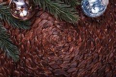 Διακοσμήσεις Χριστουγέννων και χριστουγεννιάτικο δέντρο στο σκοτεινό υπόβαθρο διακοπών Στοκ εικόνα με δικαίωμα ελεύθερης χρήσης