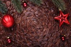 Διακοσμήσεις Χριστουγέννων και χριστουγεννιάτικο δέντρο στο σκοτεινό υπόβαθρο διακοπών Στοκ εικόνες με δικαίωμα ελεύθερης χρήσης