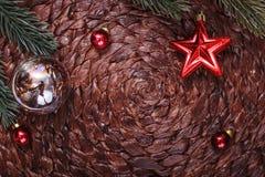 Διακοσμήσεις Χριστουγέννων και χριστουγεννιάτικο δέντρο στο σκοτεινό υπόβαθρο διακοπών Στοκ φωτογραφία με δικαίωμα ελεύθερης χρήσης