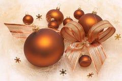 Διακοσμήσεις Χριστουγέννων, καφετιά μπιχλιμπίδια, σύνθεση με το τόξο Στοκ Εικόνες