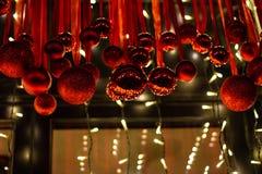 διακοσμήσεις Χριστουγέννων κλάδων κιβωτίων σφαιρών handbell στοκ φωτογραφίες