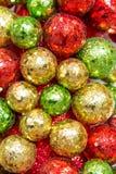 Διακοσμήσεις Χριστουγέννων, κόκκινες, πράσινες και χρυσές διακοσμήσεις Στοκ Εικόνες