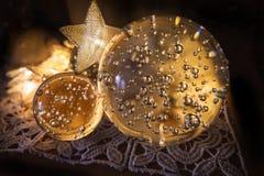 0562 διακοσμήσεις Χριστουγέννων λάμπουν με τις σφαίρες γυαλιού με τις αεροφυσαλίδες στοκ εικόνες