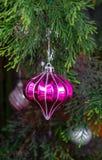 Διακοσμήσεις Χριστουγέννων με ένα δέντρο πεύκων Στοκ Φωτογραφίες