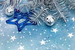 Διακοσμήσεις Χριστουγέννων με τα κάλαντα και το αστέρι γυαλιού στο μπλε β Στοκ εικόνα με δικαίωμα ελεύθερης χρήσης