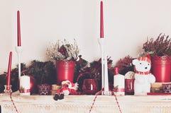 Διακοσμήσεις Χριστουγέννων με τα κεριά mantelpiece στοκ φωτογραφία με δικαίωμα ελεύθερης χρήσης