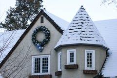 Διακοσμήσεις Χριστουγέννων με το στεφάνι Στοκ εικόνα με δικαίωμα ελεύθερης χρήσης