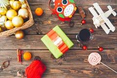 Διακοσμήσεις Χριστουγέννων πέρα από το ξύλινο υπόβαθρο ψαλιδίζοντας τα ελάφια διακοσμήσεων που απομονώνονται κόκκινα Χριστούγεννα Στοκ φωτογραφία με δικαίωμα ελεύθερης χρήσης