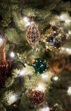 Διακοσμήσεις Χριστουγέννων που κρεμούν σε ένα δέντρο. Στοκ φωτογραφία με δικαίωμα ελεύθερης χρήσης
