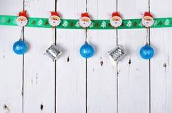 Διακοσμήσεις Χριστουγέννων που κρεμούν σε ένα ξύλινο υπόβαθρο Στοκ εικόνες με δικαίωμα ελεύθερης χρήσης