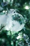 Διακοσμήσεις Χριστουγέννων που κρεμούν στο πράσινο χριστουγεννιάτικο δέντρο Στοκ Εικόνα