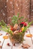 Διακοσμήσεις Χριστουγέννων σε έναν άσπρο ξύλινο αγροτικό πίνακα Στοκ φωτογραφία με δικαίωμα ελεύθερης χρήσης