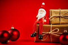 Διακοσμήσεις Χριστουγέννων σε έναν ξύλινο πίνακα με το santa Στοκ φωτογραφία με δικαίωμα ελεύθερης χρήσης