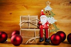 Διακοσμήσεις Χριστουγέννων σε έναν ξύλινο πίνακα με το santa Στοκ εικόνα με δικαίωμα ελεύθερης χρήσης