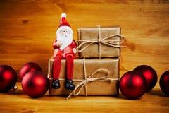 Διακοσμήσεις Χριστουγέννων σε έναν ξύλινο πίνακα με το santa Στοκ φωτογραφίες με δικαίωμα ελεύθερης χρήσης